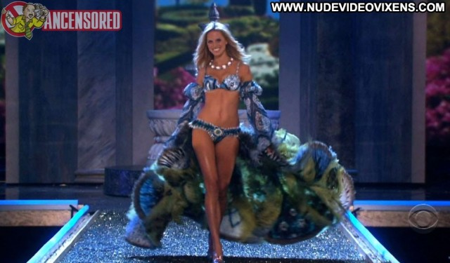 Karolina Kurkova Victoria S Secret Fashion Show Posing Hot Celebrity