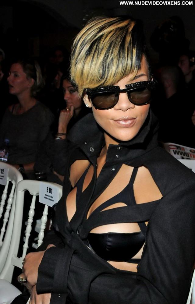 Rihanna Fashion Show Babe Paris Beautiful Paparazzi Posing Hot