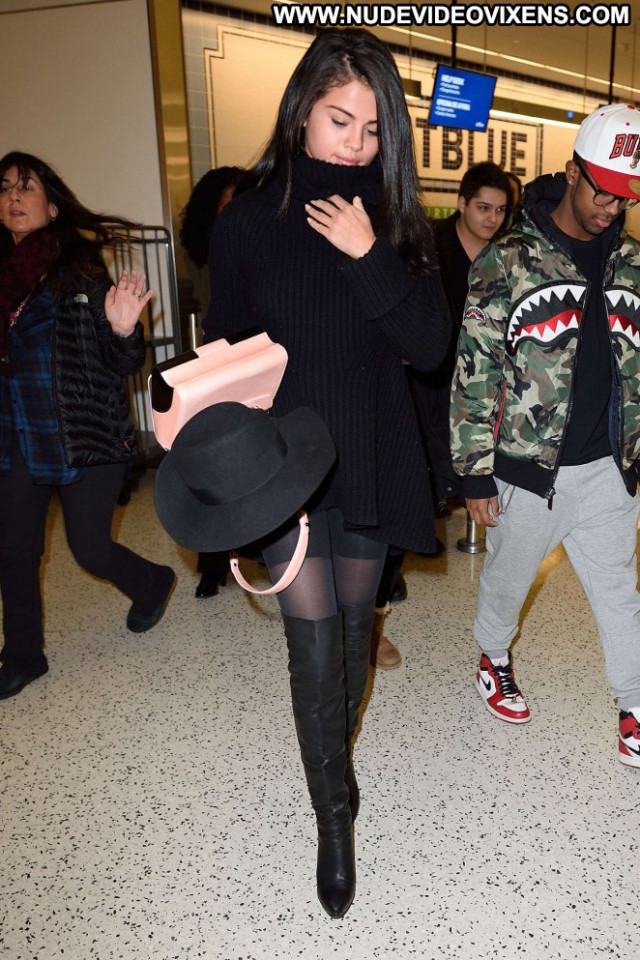 Selena Gomez Jfk Airport In Nyc Posing Hot Celebrity Nyc Beautiful