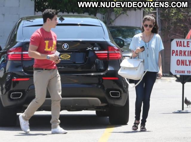 Selena Gomez Posing Hot Beautiful Hollywood Celebrity Babe Paparazzi