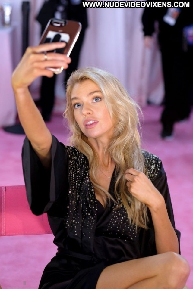 Stella Maxwell Fashion Show Celebrity Fashion Posing Hot Babe