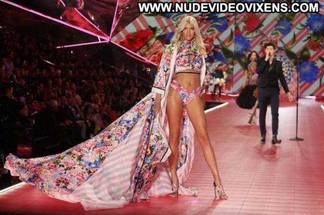 Devon Windsor Fashion Show  Fashion Paparazzi Posing Hot Celebrity